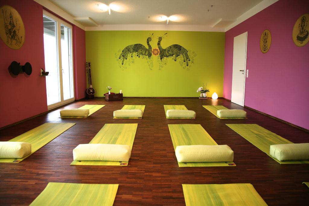 der raum via yoga. Black Bedroom Furniture Sets. Home Design Ideas